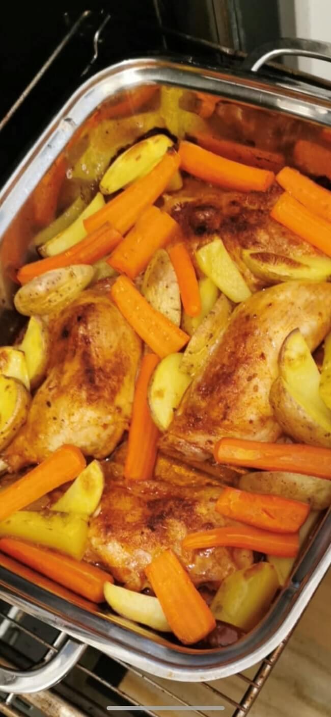 Hähnchenschenkel mit Kartoffeln und Karotten aus dem Ofen für zwei Personen