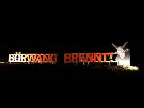 Das große Börwang brennt Holzschild direkt am Kreisverkehr in Börwang