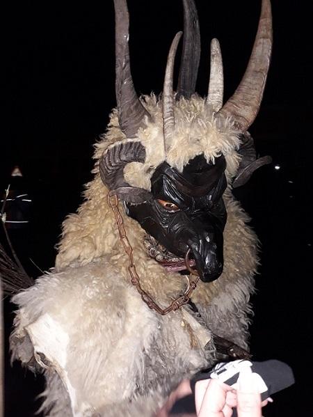 Mit seinen vier Hörnern und der grausigen Maske erschreckte er viele Zuschauer