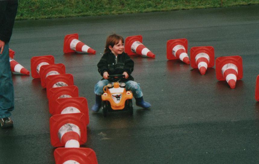 Ich auf einem Bobbycar Rennen.