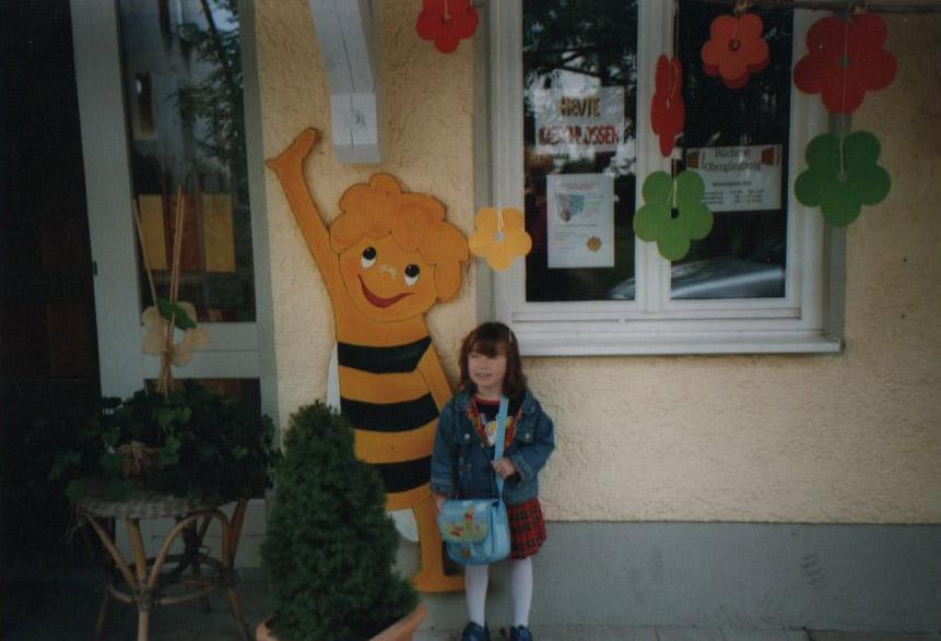 Vor dem Kindergarten mit der Bine Maja