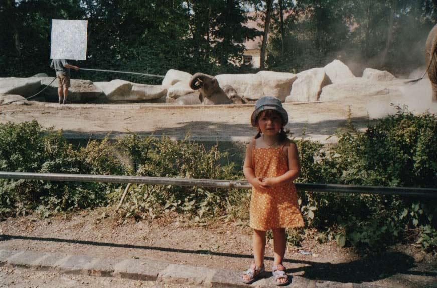 Ich vor Elefantengehege im Zoo