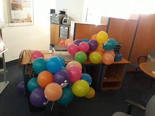 Die Hauptaufgabe der Azubis: Luftballone aufpusten.