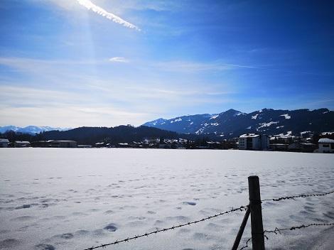 """Winterliches Feld """"hinterm Haus"""" in Sonthofen"""