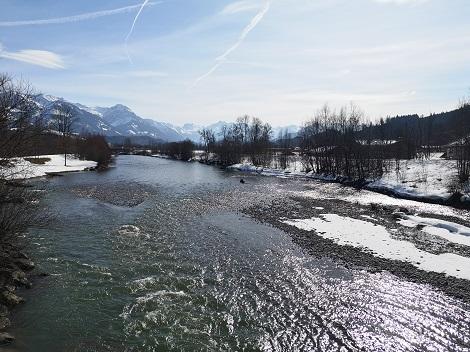 Sonniger Wintertag an der Iller in Sonthofen