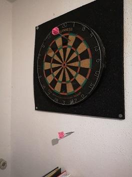 Darts-Fail, wenn der Pfeil in der Wand steckt