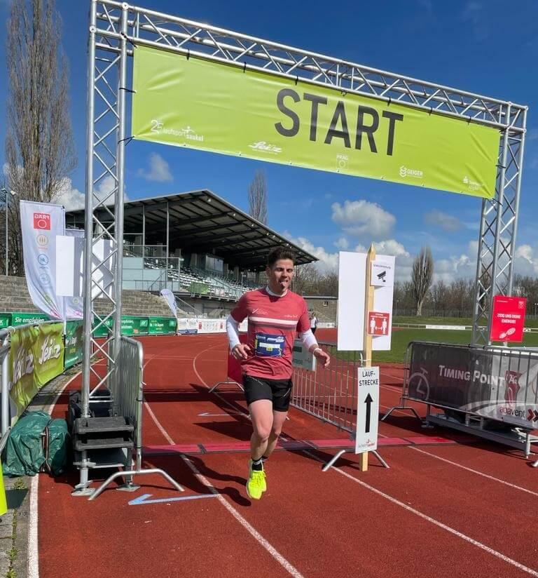 Fabian Häusler läuft über die Ziellinie