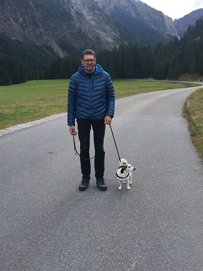Herr Hegedüs beim Spazierengehen mit seinem Hund