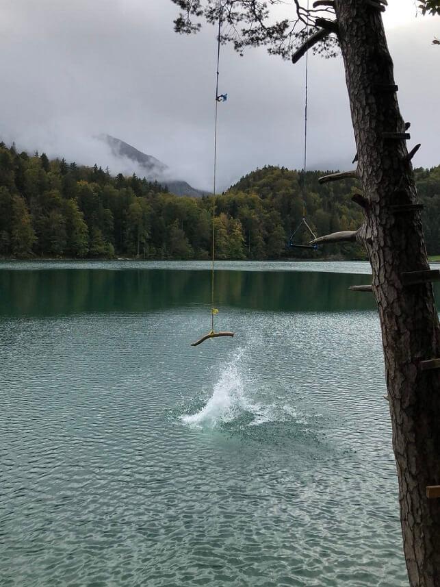 Beim Sprung mit dem Seil in den Alatsee