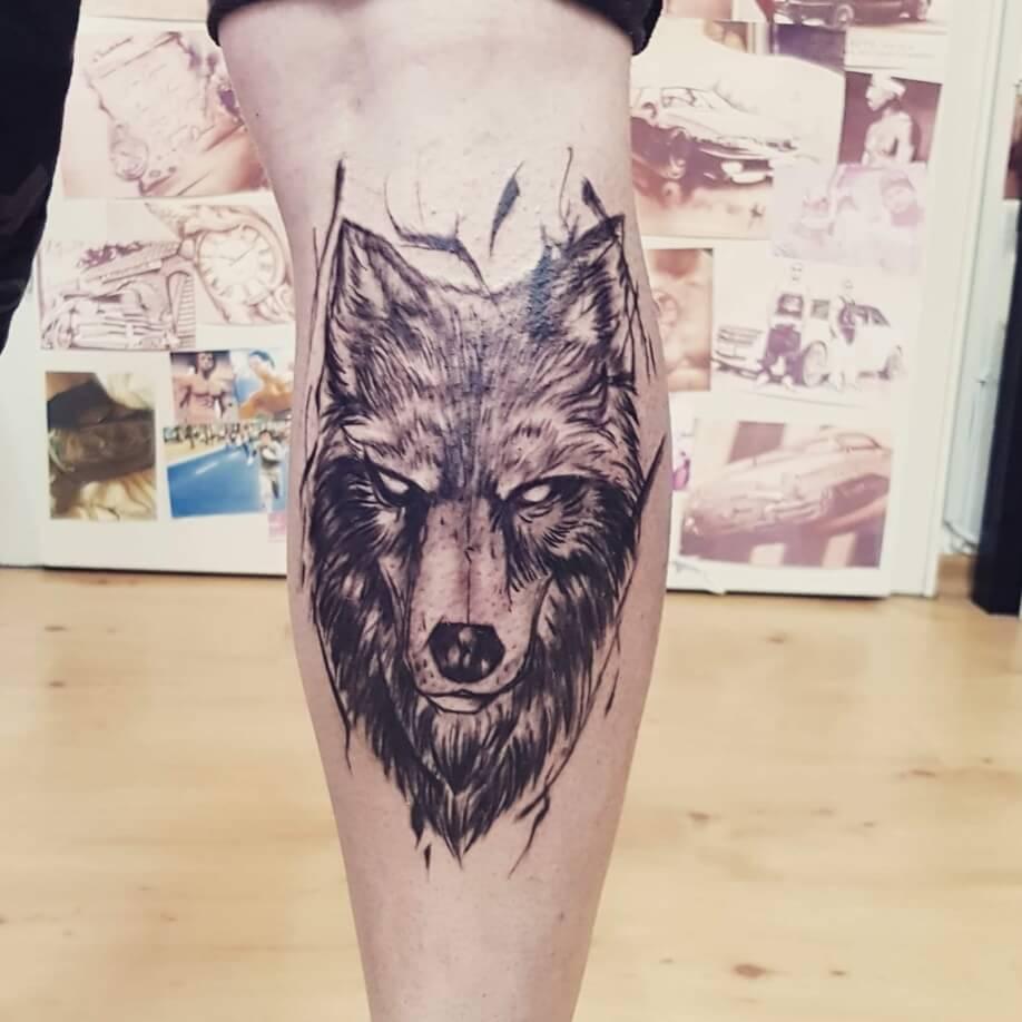 Bissiger Wolf in schwarz-weiß