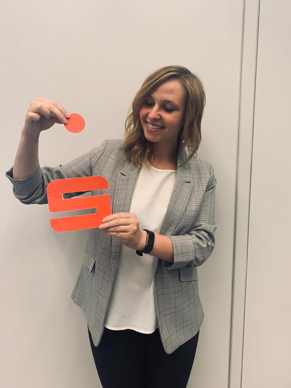 Natalie Kohl mit einem selbstgebastelten Sparkassen S