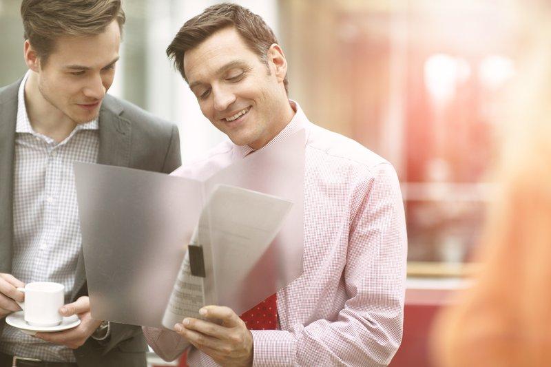 Zwei Männer schauen sich Dokumente an