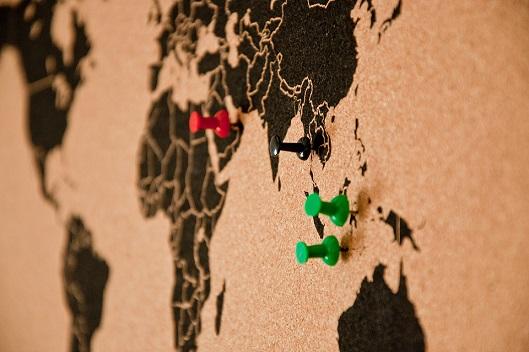 Weltkarte mit Stecknadeln