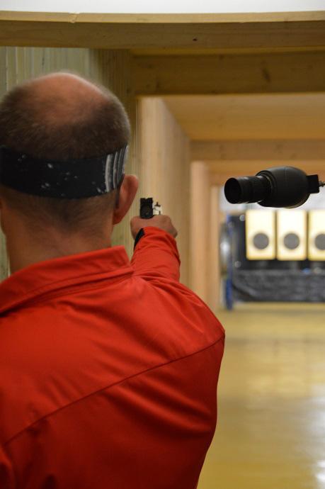 Richard Ade beim konzentrierten Schuss an der Sportpistole