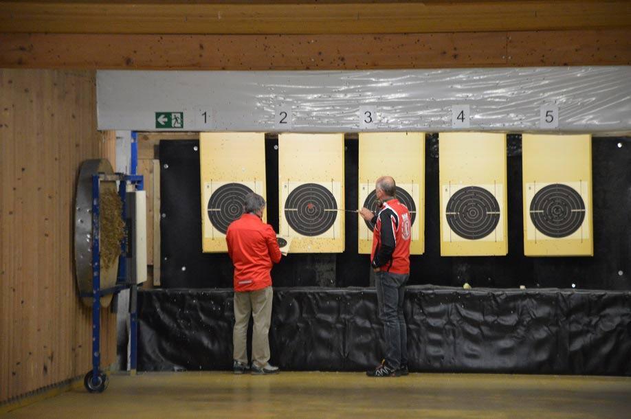 Auswertung der Sportpistole durch Dietmar Sucharowski und Manfred Leier (FSG Kempten)