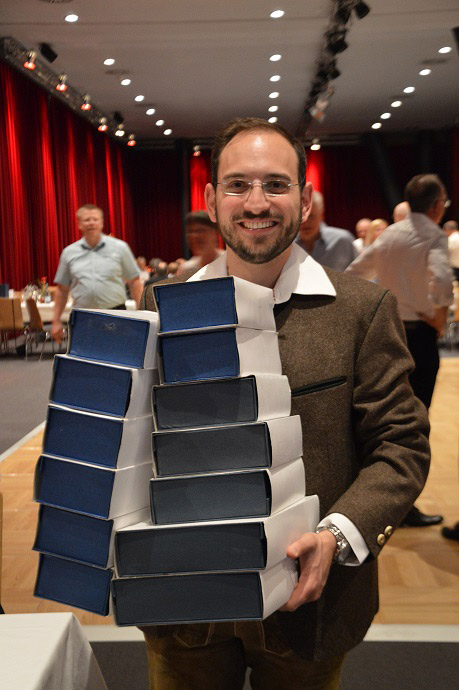 Thomas Fischer mit den Pokalen der Sparkasse Allgäu
