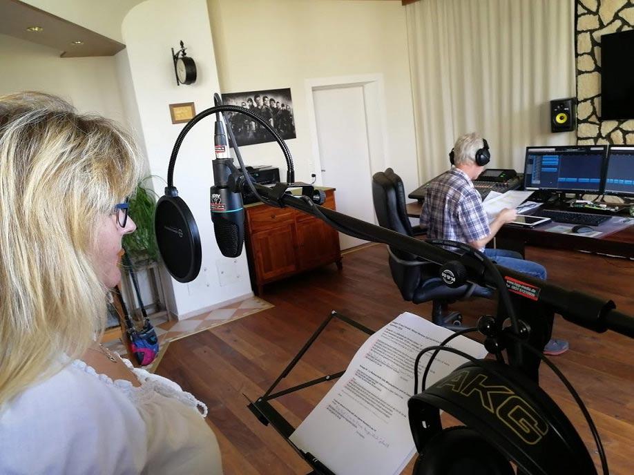 Manuela Schuhwerk im Studio bei der Aufnahme für die Sparkasse Allgäu
