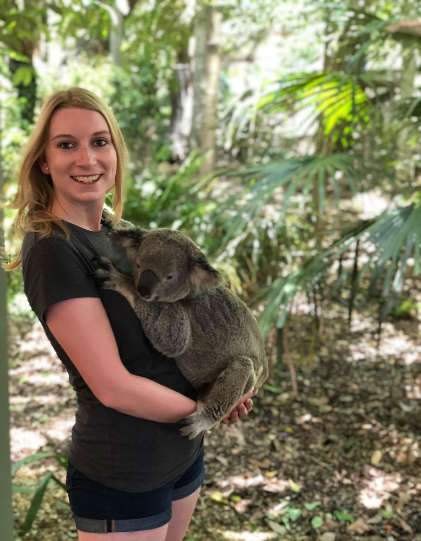 Sarah Müller mit einem Koala auf dem Arm
