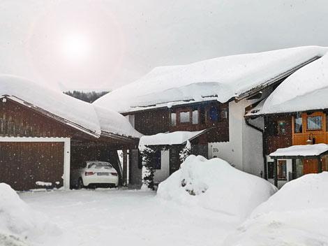 Schnee auf einem Haus im Allgäu