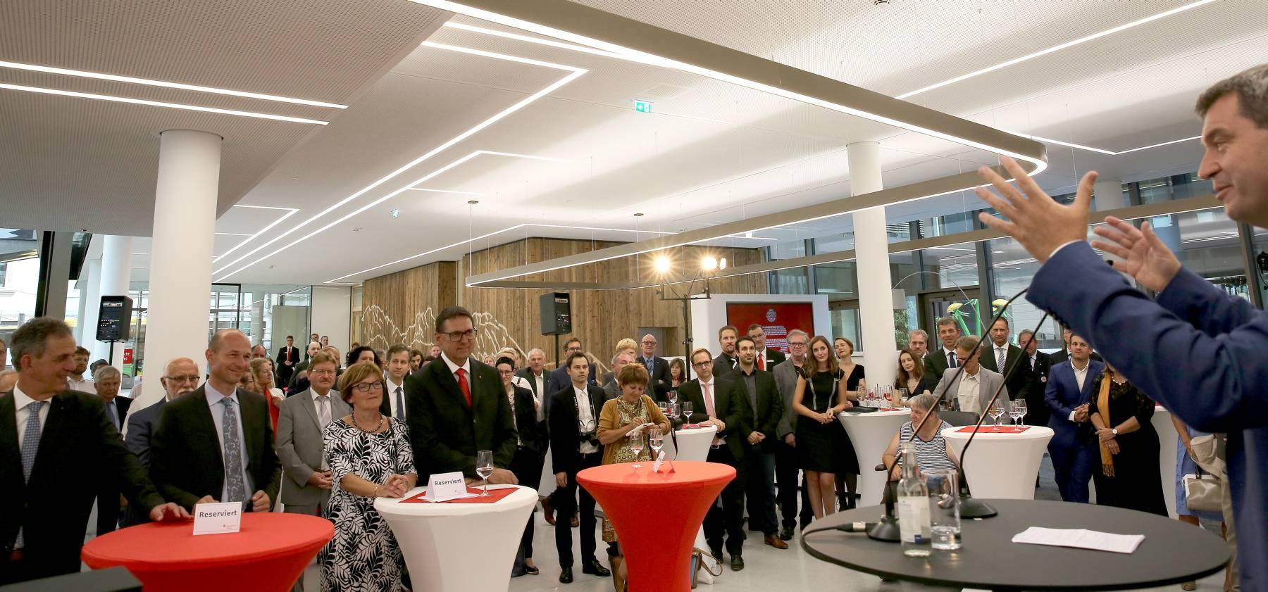 Bayerns Finanzminister Söder (links) sp ...