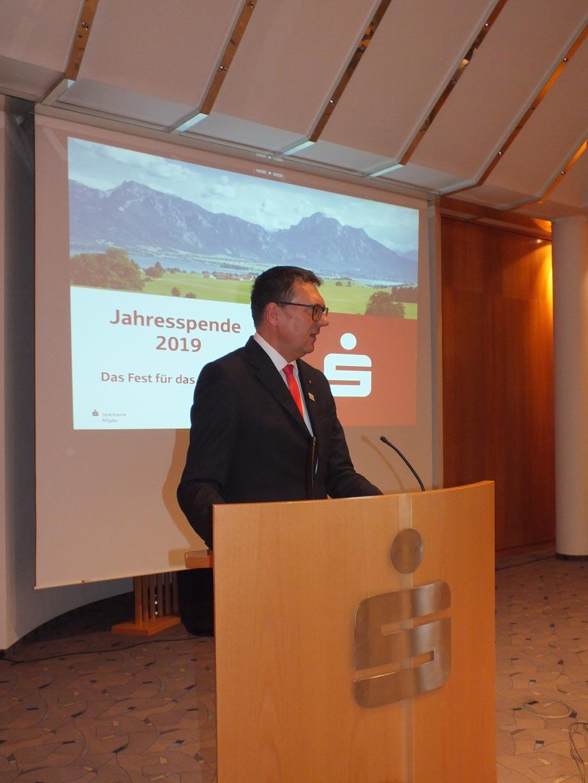 Manfred Hegedüs, Vorstandsvorsitzender der Sparkasse Allgäu, begrüßt die Gäste in Füssen und Kempten