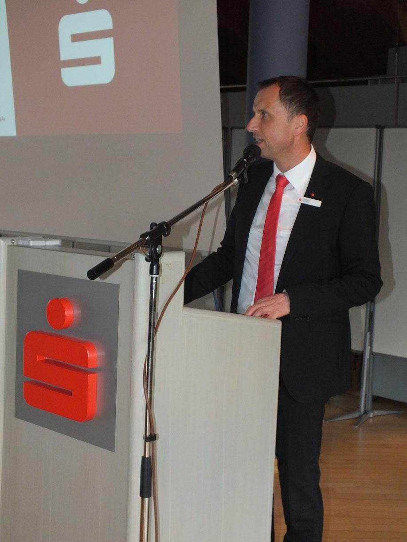 Heribert Schwarz, stellvertretender Vorstandsvorsitzender der Sparkasse Allgäu, begrüßt die Gäste in Sonthofen