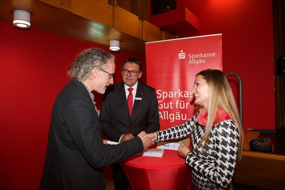 Katharina Schaffer (Leiterin Filiale KE-Residenzplatz) und Vorstand Manfred Hegedüs überreichen eine Spende an Richard Klug vom Allgäuer Regionalverband für zeitgenössischen Tanz (v.r.)