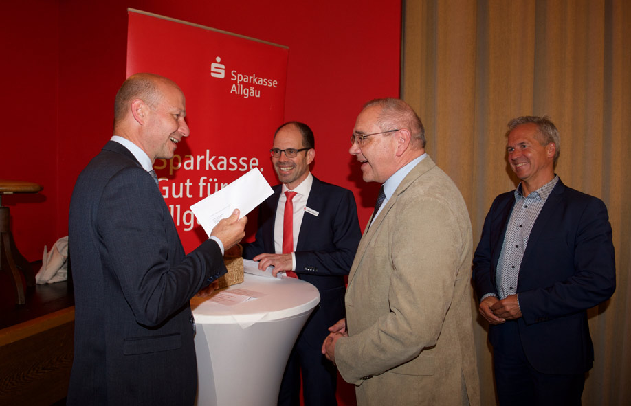 OB Thomas Kiechle und Andreas Hirschle (stv. Vorstandsmitglied Sparkasse Allgäu) mit dem Haldenwanger Bürgermeister Josef Wölfle und Peter Roth von der Sing- und Musikschule Kempten (v.l.)