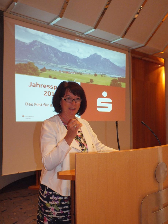 Die Landrätin des Ostallgäus, Maria Rita Zinnecker, begrüßt die Gäste in Füssen