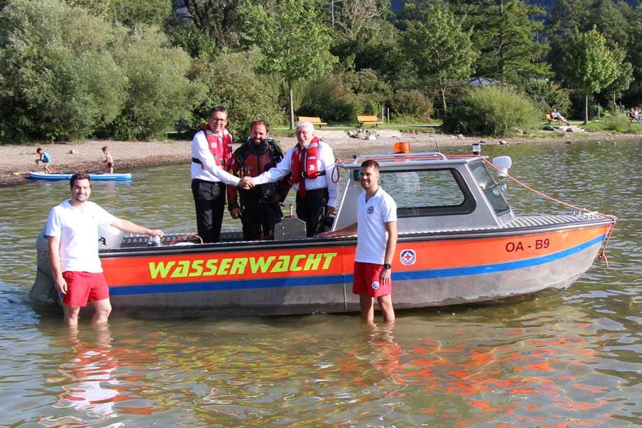 Sparkassenvorstand Manfred Hegedüs (2.v.l.), BRK-Vorsitzender Alfred Reichert (2.v.r.) bei der Spendenübergabe mit der Wasserwacht