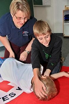 Grundschüler lernen in der 4. Klasse beim Fahrraddtraining auch Erste Hilfe vom BRK
