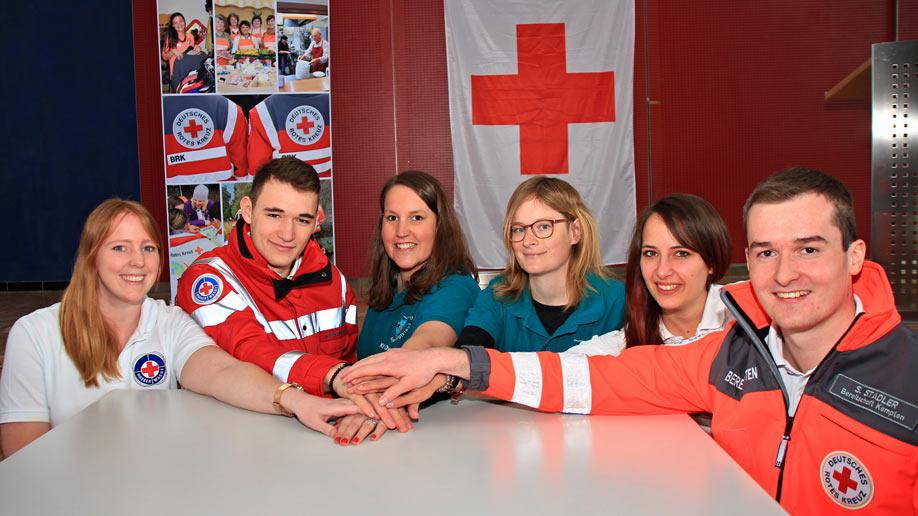 Wasserwacht, Jugendrotkreuz und Bereitschaften beim Helfertag an einem Tisch. Auch ihre Arbeit wird mit der Sparkassen-Spende gefördert
