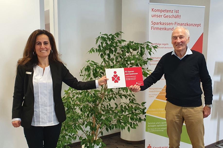 Sparkassen-Beraterin Lusiye Algül und ihr glücklicher Kunde Rudolf Herold aus Füssen