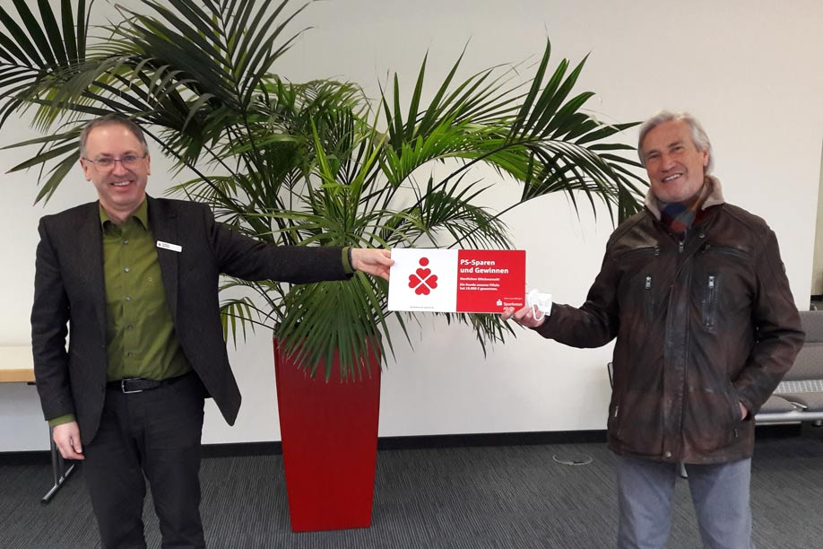 Sparkassen-Berater Heribert Weintritt mit seinem Kunden Rudolf Bartel aus Füssen
