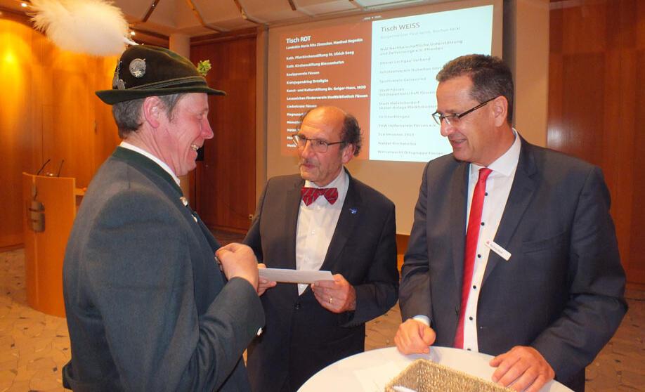 Alfred Sieber (Oberer Lechgauverband) erhält von Bürgermeister Paul Iacob und Rochus Nickl seinen Spendenbrief (v.l.)