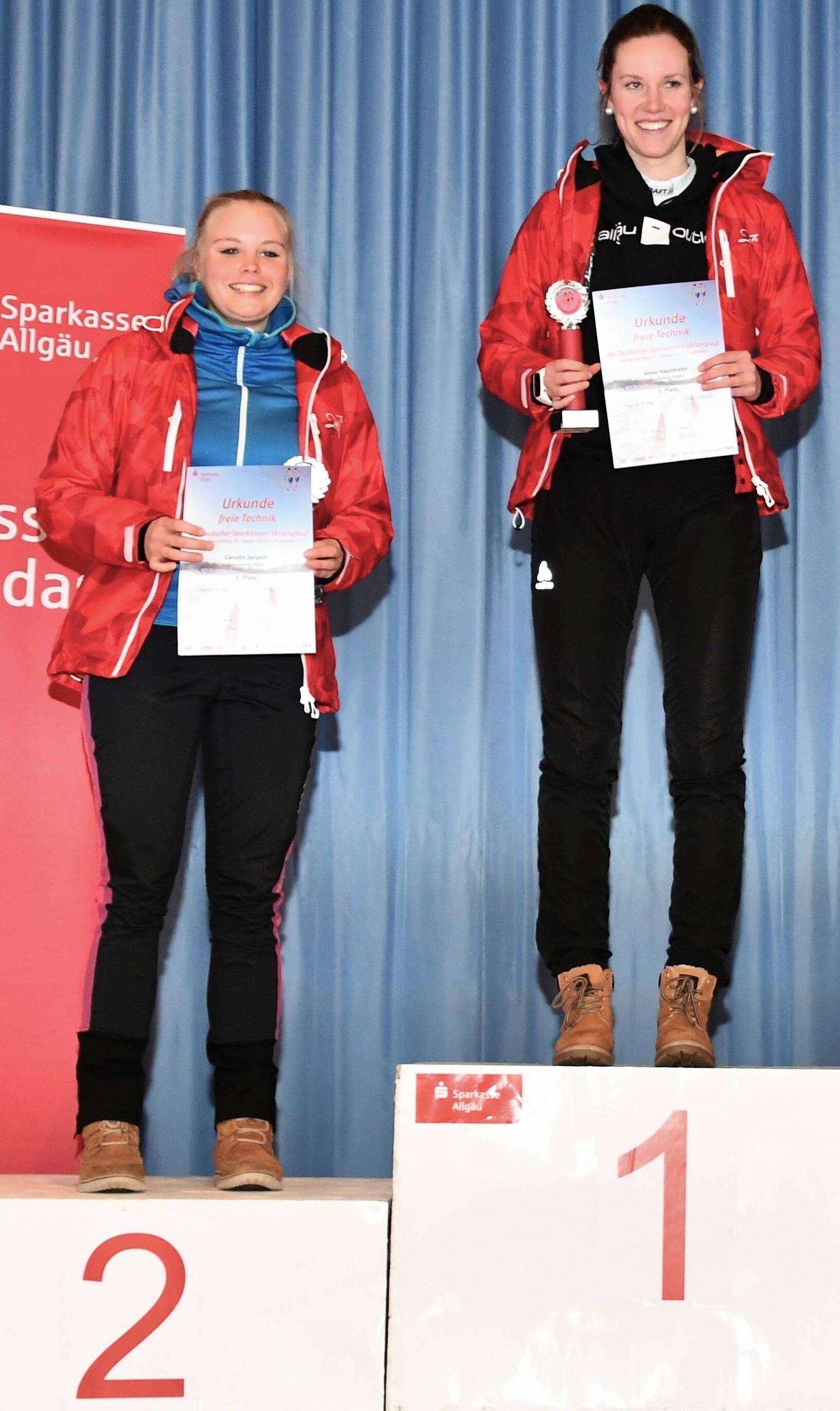 Carolin Seipelt und Anna Hautmann holen die Siegpokale für den 1. und 2. Platz