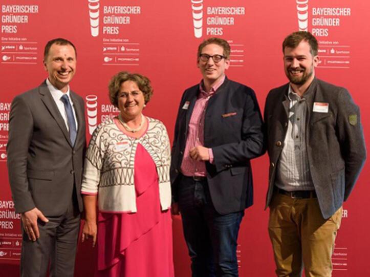 Nominierung für den Bayerischen Gründerpreis 2019 (v.l.): Heribert Schwarz (Vorstand Sparkasse Allgäu), Gabriele Louis (stv. Vorstandsmitglied Sparkasse Allgäu) sowie die Geschäftsführer der Hof-Milch GmbH Matthias Haug und Johannes Nußbaumer