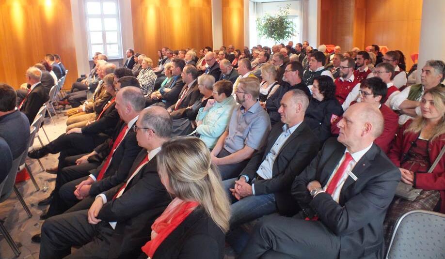 Die ehrenamtlichen Gäste im Sparkassensaal Füssen