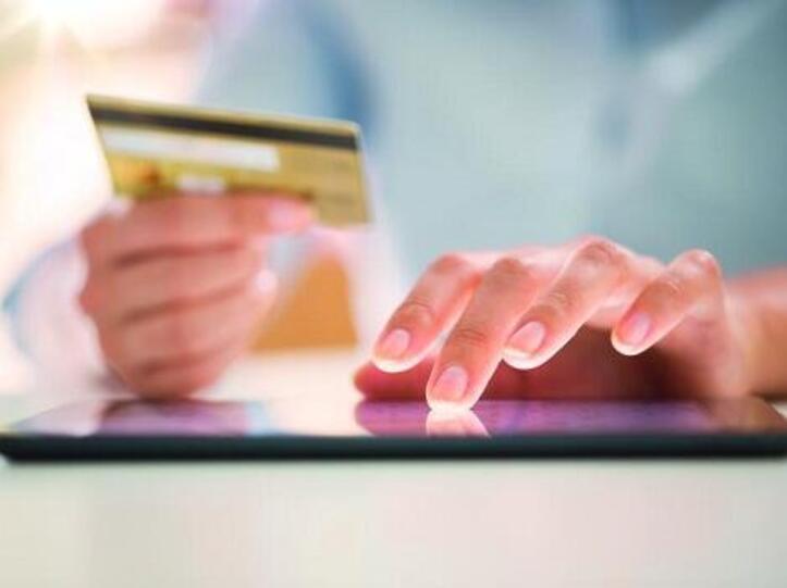 Kunde kauft mit Kreditkarte online ein