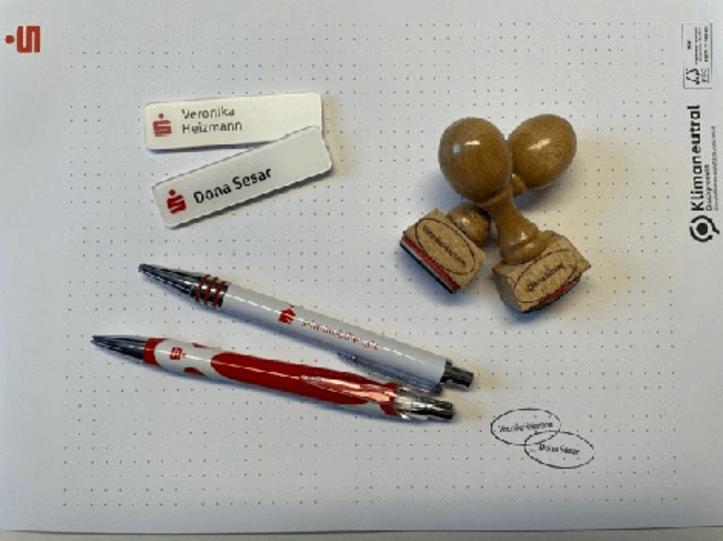 Stempel, Namensschilder, Block und Kulli