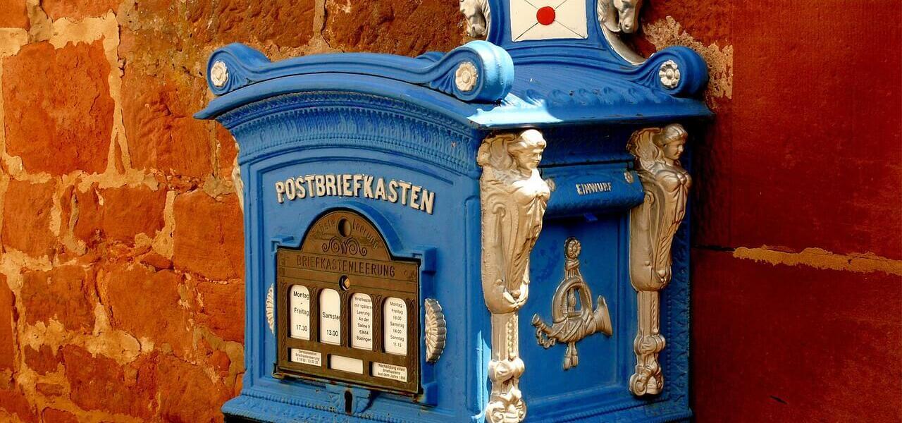 schöner, altmodischer Briefkasten auf Ziegelsteinwand
