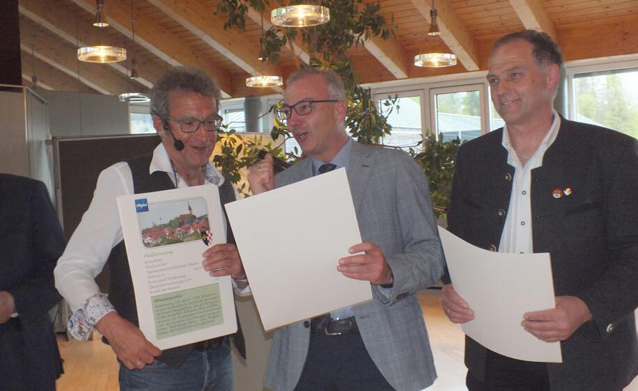 Helmut Rothmayr, Thomas Wurmbäck, der eben gepunktet hat und Stephan Gabler (Schützengau Allgäu) beim Hoimat-Quiz (v.l.)