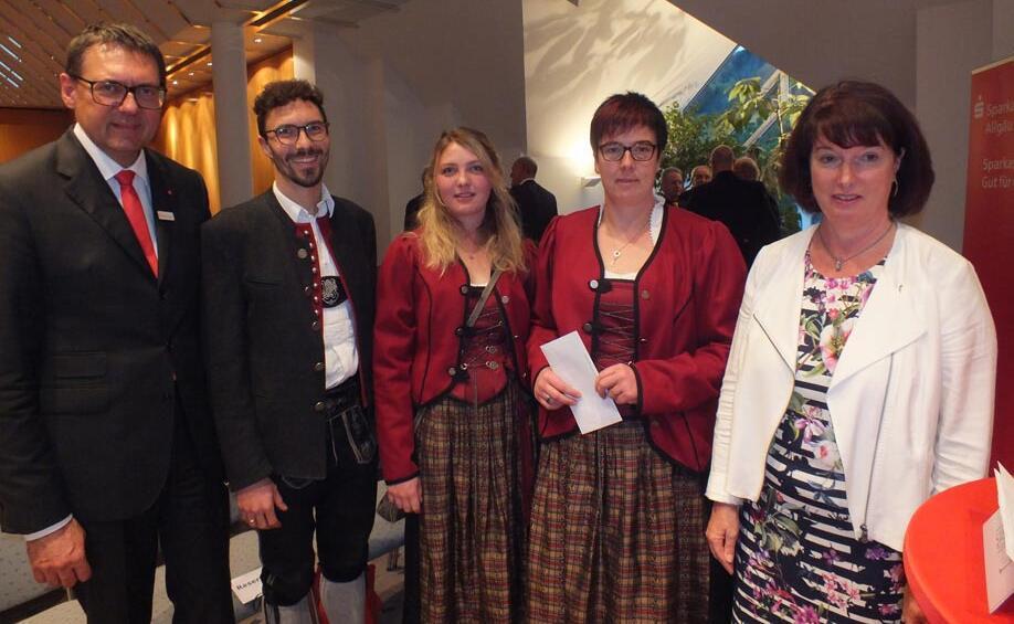 Vorstand Manfred Hegedüs und Landrätin Maria-Rita Zinnecker überreichen eine Spende an Nadine Haug, Hermine Böck und Tobias Kattler von der Musikkapelle Weissensee (v.l.)