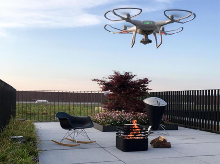 Eine Drohne filmt von oben