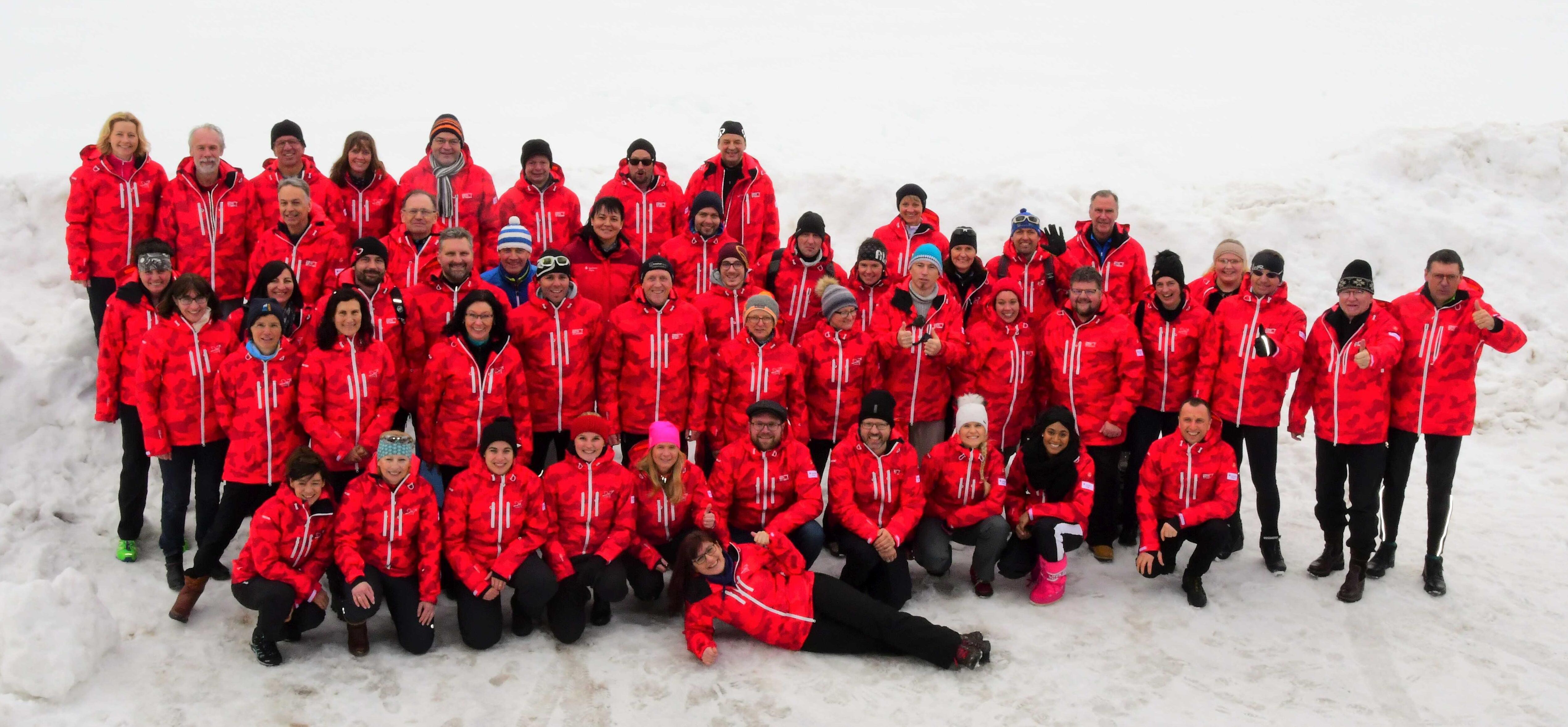 In ihren einheitlichen roten Jacken machten die Läufer und Helfer der Sparkasse Allgäu eine gute Figur