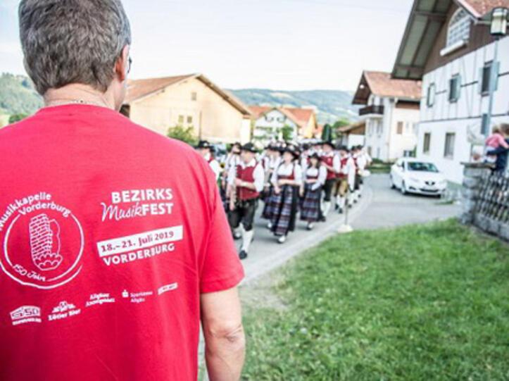 Die Sparkasse Allgäu unterstützte das Bezirksmusikfest in Vorderburg mit rund 10.500 Euro