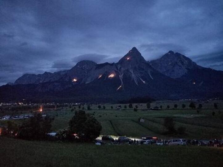 """Der Blick auf die """"brennenden"""" Berge bei Nacht"""