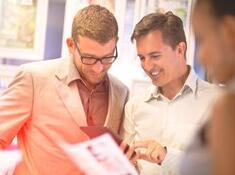 Zwei Männer schauen in ein Tablet